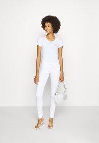 Guess - RNKAMELIA  - Print T-shirt - true white - 1