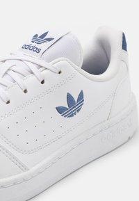 adidas Originals - NY 90 UNISEX - Sneakers basse - footwear white/blue - 5