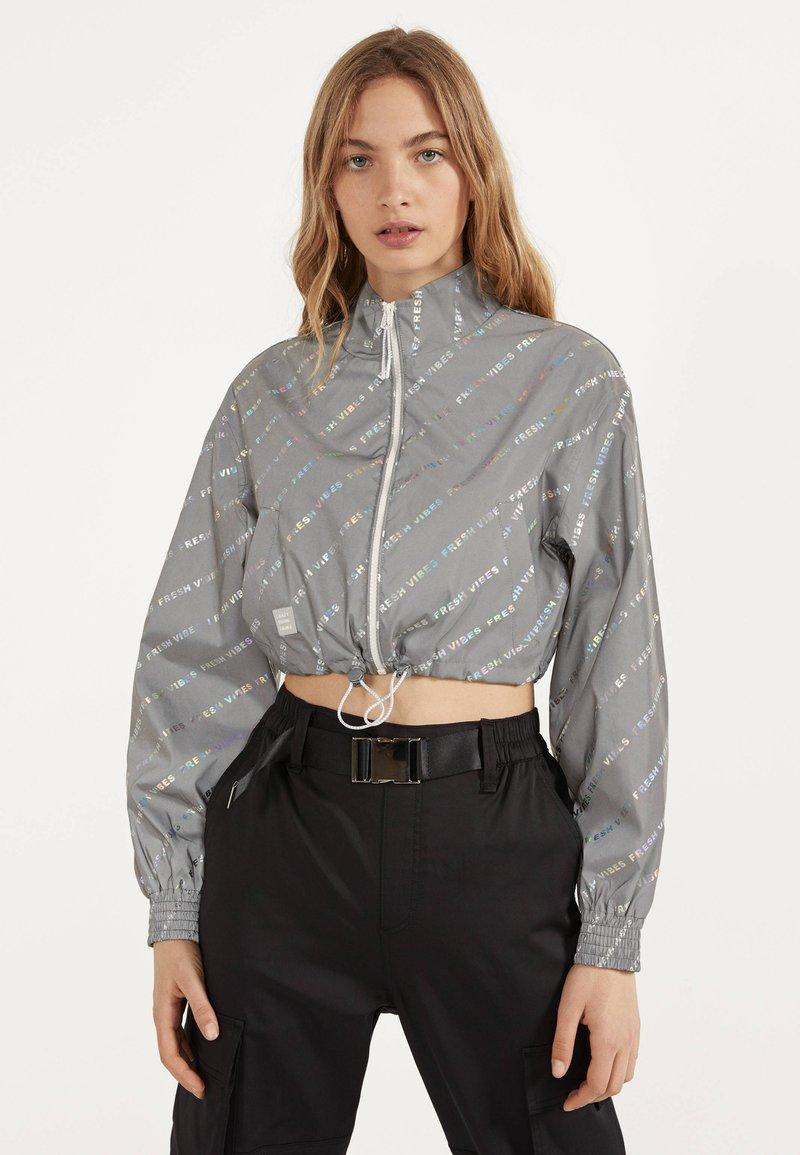 Bershka - REFLEKTIERENDE CROPPED-JACKE 01242644 - Summer jacket - light grey
