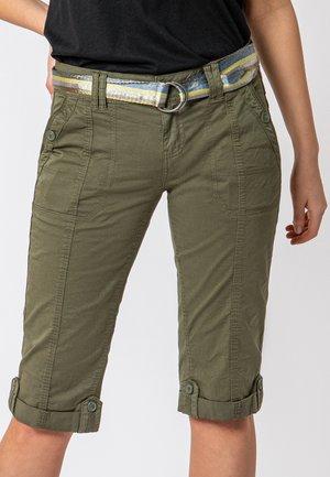 MIT GÜRTEL - Shorts - green