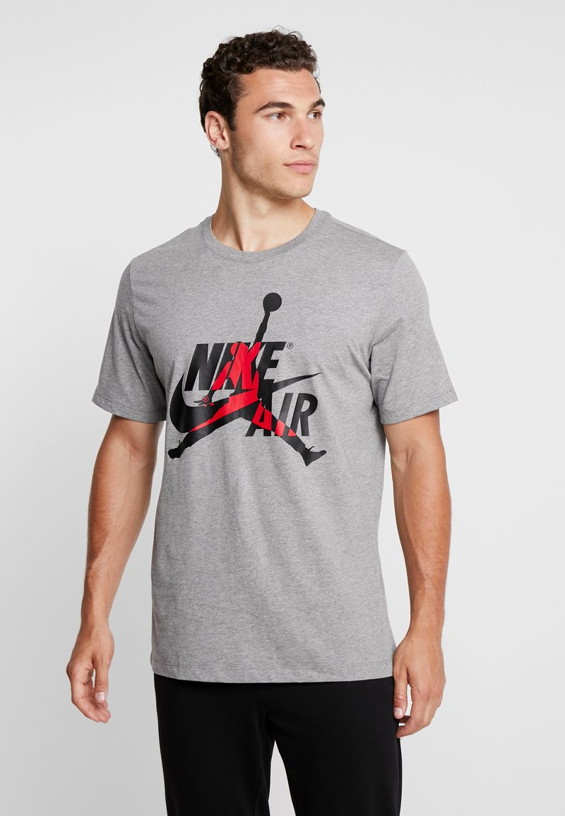 Jordan - CLASSICS  CREW - T-shirt med print - carbon heather/gym red