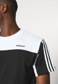 adidas Originals - CLASSICS TEE - Print T-shirt - black/white - 4
