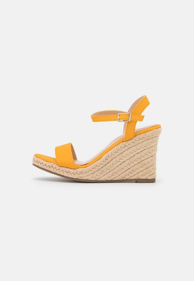 RAYRAY WEDGE - Sandalias con plataforma - yellow