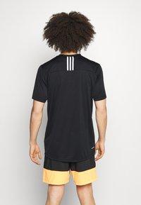adidas Performance - 3 STRIPES BACK DESIGNED 2 MOVE AEROREADY - T-shirt con stampa - black/white - 2