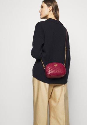 KIRA CHEVRON SMALL CAMERA BAG - Across body bag - redstone