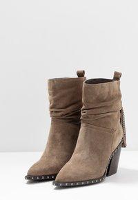 Alma en Pena - Cowboy/biker ankle boot - taupe - 4