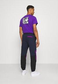 adidas Originals - WOVEN PANTS - Pantaloni sportivi - legend ink/glory purple - 2