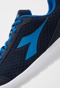 Diadora - ROBIN - Neutral running shoes - classic navy/royal - 2