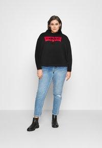 Levi's® Plus - GRAPHIC HOODIE - Sweater - black - 1