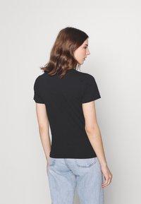 Hollister Co. - TECH CORE - T-shirt med print - black - 2