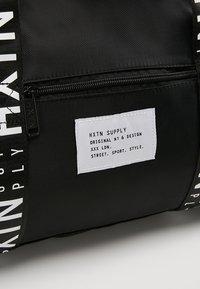 HXTN Supply - PRIME DUFFLE - Sportovní taška - black - 7