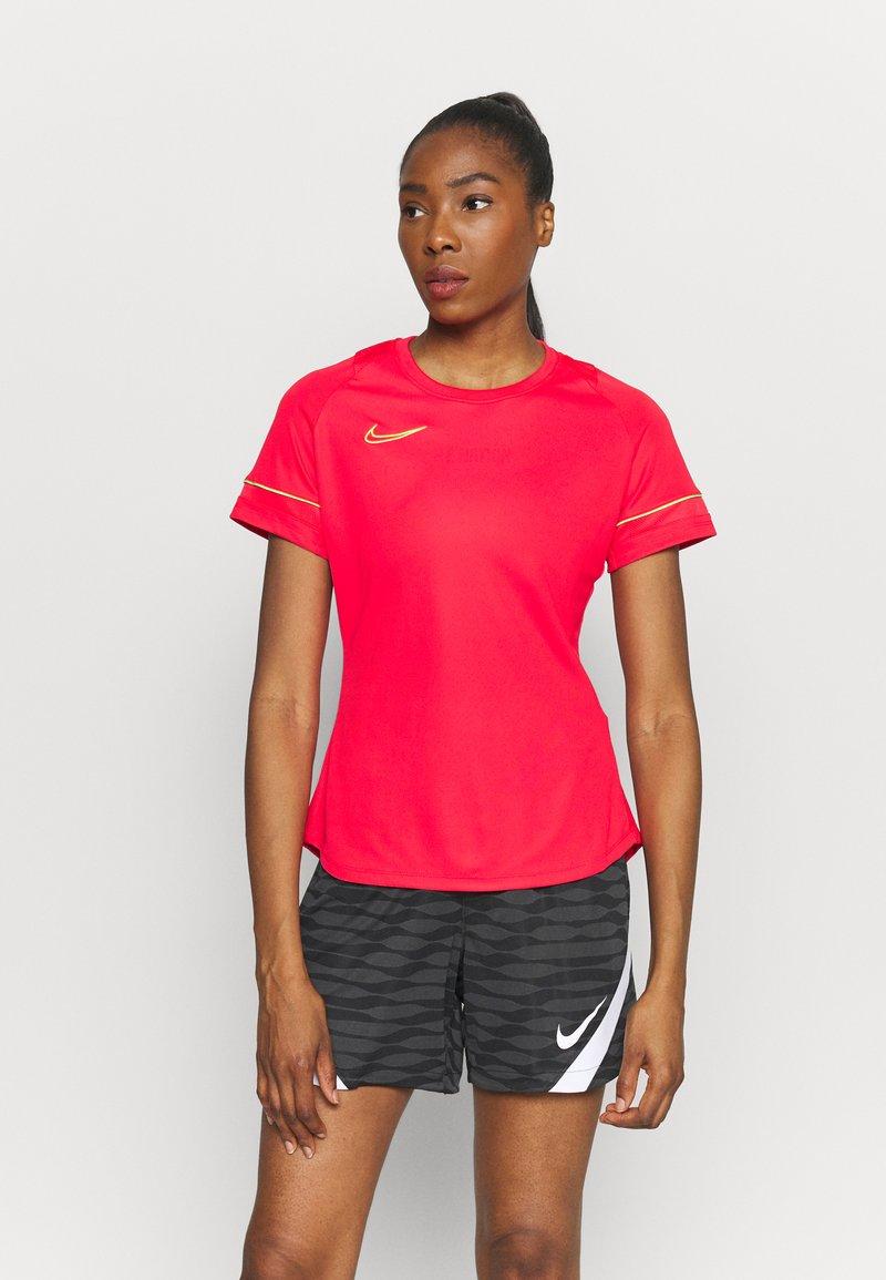 Nike Performance - ACADEMY 21 - T-shirt print - siren red/green strike