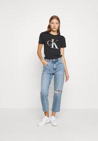 Calvin Klein Jeans - IRIDESCENT METALLIC LOGO TEE - Triko spotiskem - black - 1
