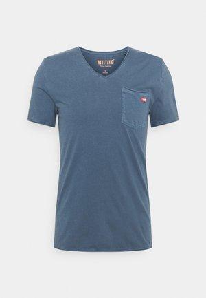 WASHED V NECK - T-paita - ensigne blue