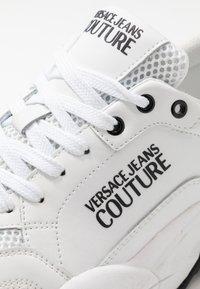 Versace Jeans Couture - Baskets basses - bianco ottico - 5