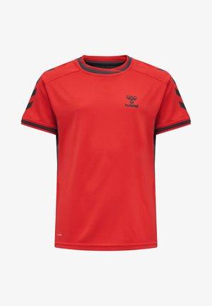 HMLACTION POLY JERSEY S/S KIDS - Print T-shirt - flame scarlet/ebony