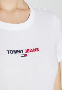 Tommy Jeans - FLAG TEE - Printtipaita - white - 6