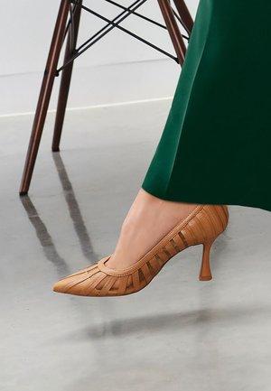 High heels - camel