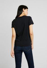 Converse - STAR CHEVRON TEE - T-shirt z nadrukiem - black - 2