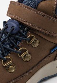 Finkid - KIVUTA UNISEX - Hiking shoes - brown/navy - 5