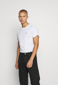 Jack & Jones PREMIUM - JPRBRODY TEE CREW NECK 5 PACK - Basic T-shirt - navy blazer/white/olive night/black/portroyale - 1