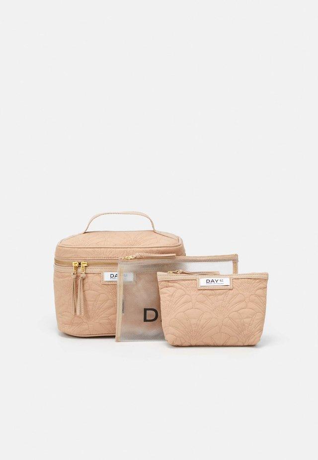 GWENETH Q FAN TONE SET - Kosmetická taška - brush beige