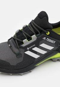 adidas Performance - TERREX SWIFT R3 GTX - Hikingskor - core black/grey one/solar yellow - 5