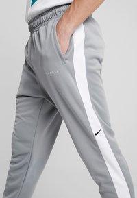Nike Sportswear - Verryttelyhousut - particle grey/white/black - 4