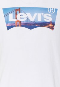 Levi's® - HOUSEMARK GRAPHIC TEE UNISEX - T-shirt con stampa - fill white - 6