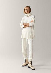Massimo Dutti - MIT MANSCHETTENSAUM - Spodnie materiałowe - white - 0