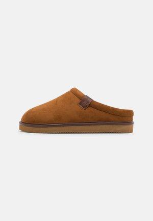 SUTTON SCUFF - Pantofole - snuff/tan