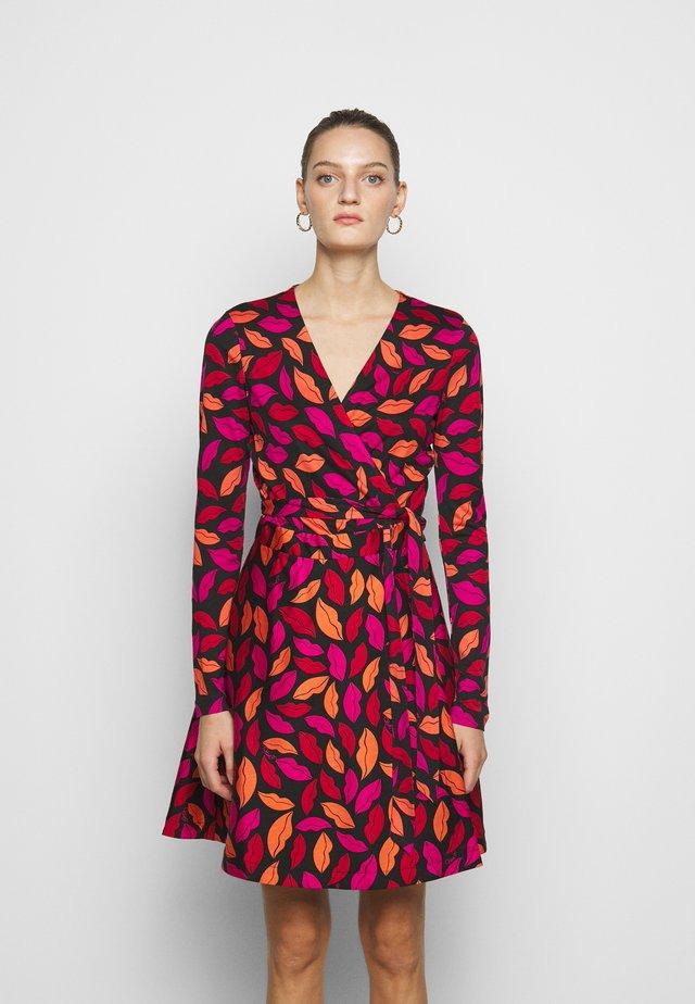 AMELIA - Denní šaty - red/black