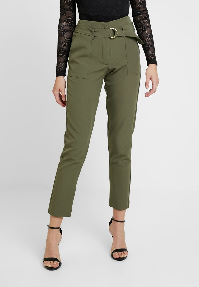 ONLFRESHY GLOWING BELT PANT - Pantalones - ivy green
