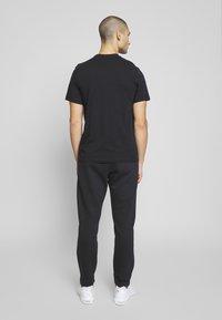 Nike Sportswear - CLUB PANT - Pantaloni sportivi - black/white - 2
