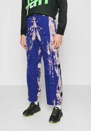 HAND BLEACHED PLEATED TROUSERS - Broek - blue/pink