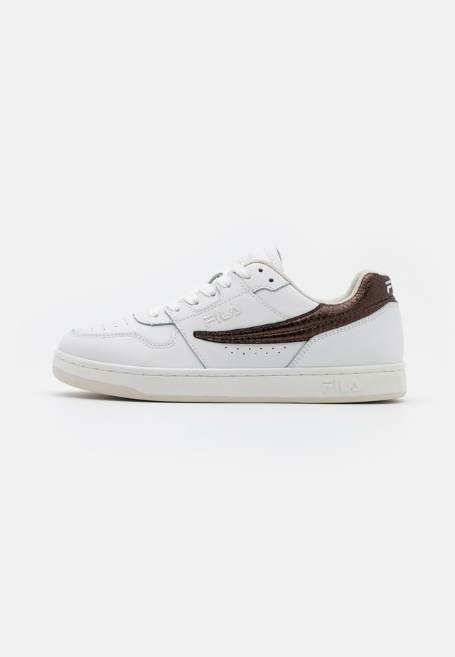ARCADE - Sneakers - white/chocolate brown
