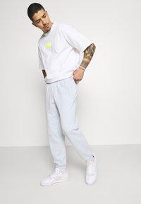 adidas Originals - PREMIUM UNISEX - Träningsbyxor - halo blue - 3