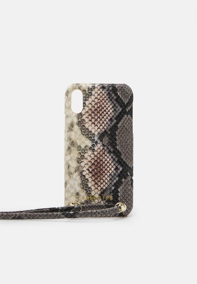 YUNA IPHONE XR HANDYKETTE NECKLACE - Mobilveske - snake rose/grey