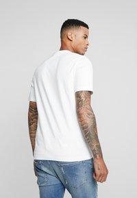 Tommy Hilfiger - LEWIS HAMILTON BOX LOGO TEE 08 - T-shirt med print - white - 2