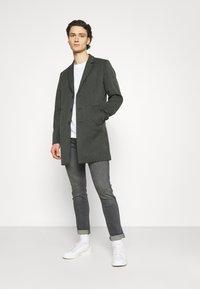 Wrangler - LARSTON - Jeans slim fit - husky black - 1