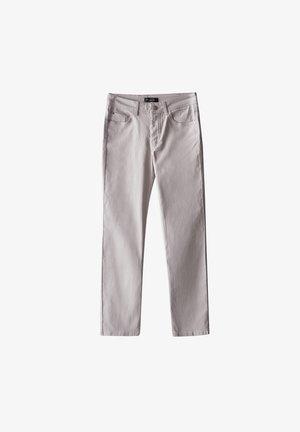 MIT GUMMIERTEM FINISH UND HALBHOHEM BUN - Trousers - beige