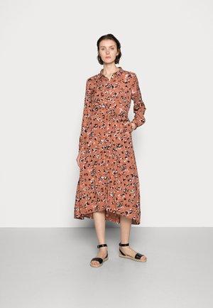 MIANA SHIRT DRESS - Košilové šaty - russet