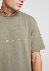 Mennace - ESSENTIAL SIG UNISEX - Basic T-shirt - khaki - 5