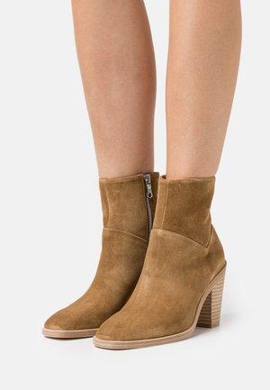 AXEL BOOT - Kotníkové boty - golden brown