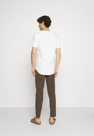 CLUB PANTS - Trousers - deep brown