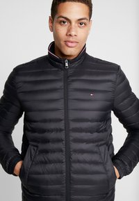 Tommy Hilfiger - CORE PACKABLE JACKET - Untuvatakki - jet black - 4