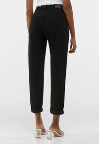 Bershka - MOM FIT - Jeansy Relaxed Fit - black - 2