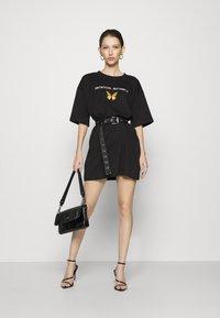 Missguided - DRESS ANTI BUTTERFLY - Žerzejové šaty - black - 1