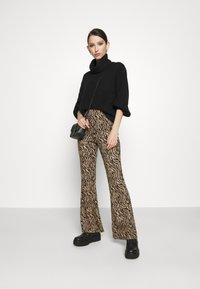 Vila - VIWINNER FLARED PANT - Leggings - brown/black - 1