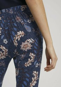 TOM TAILOR - LOOSE FIT - Trousers - navy floral design - 5